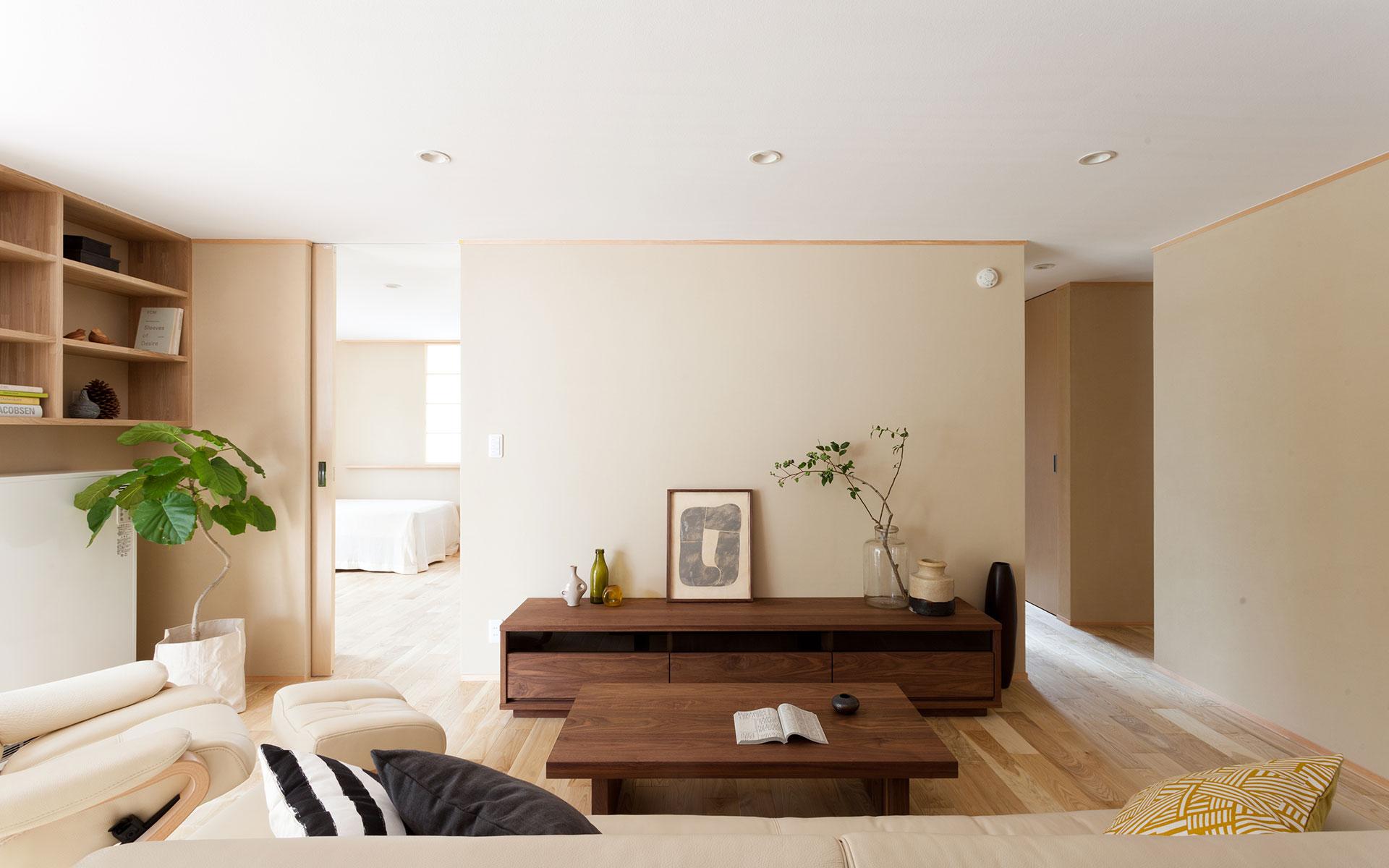 テレビボードと奥の個室。右奥が浴室