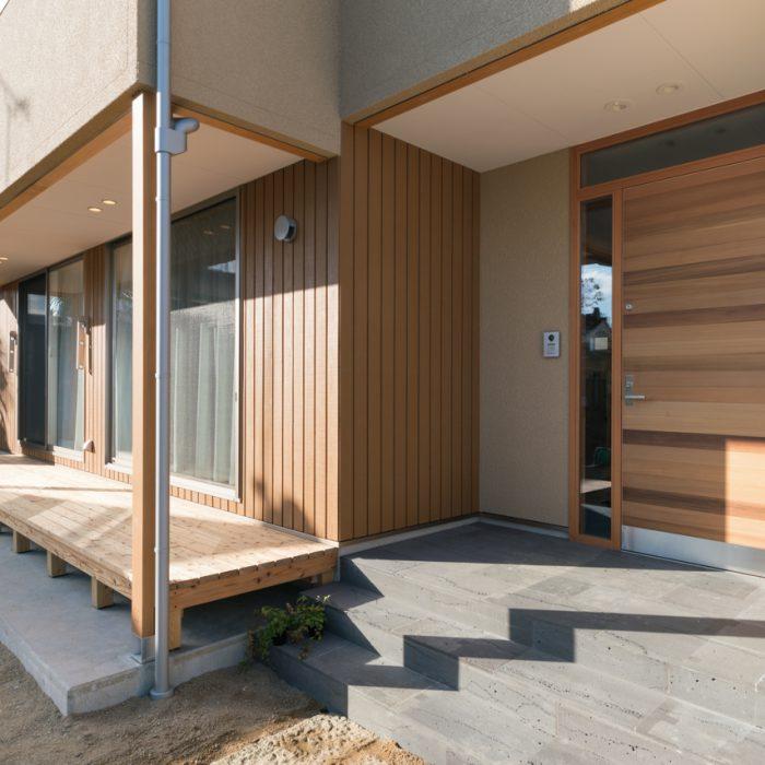唐松の外壁と屋久島地杉のウッドデッキ。レッドシダーの玄関ドア。
