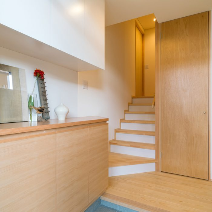玄関を入るとすぐ階段。右側には階段下収納。