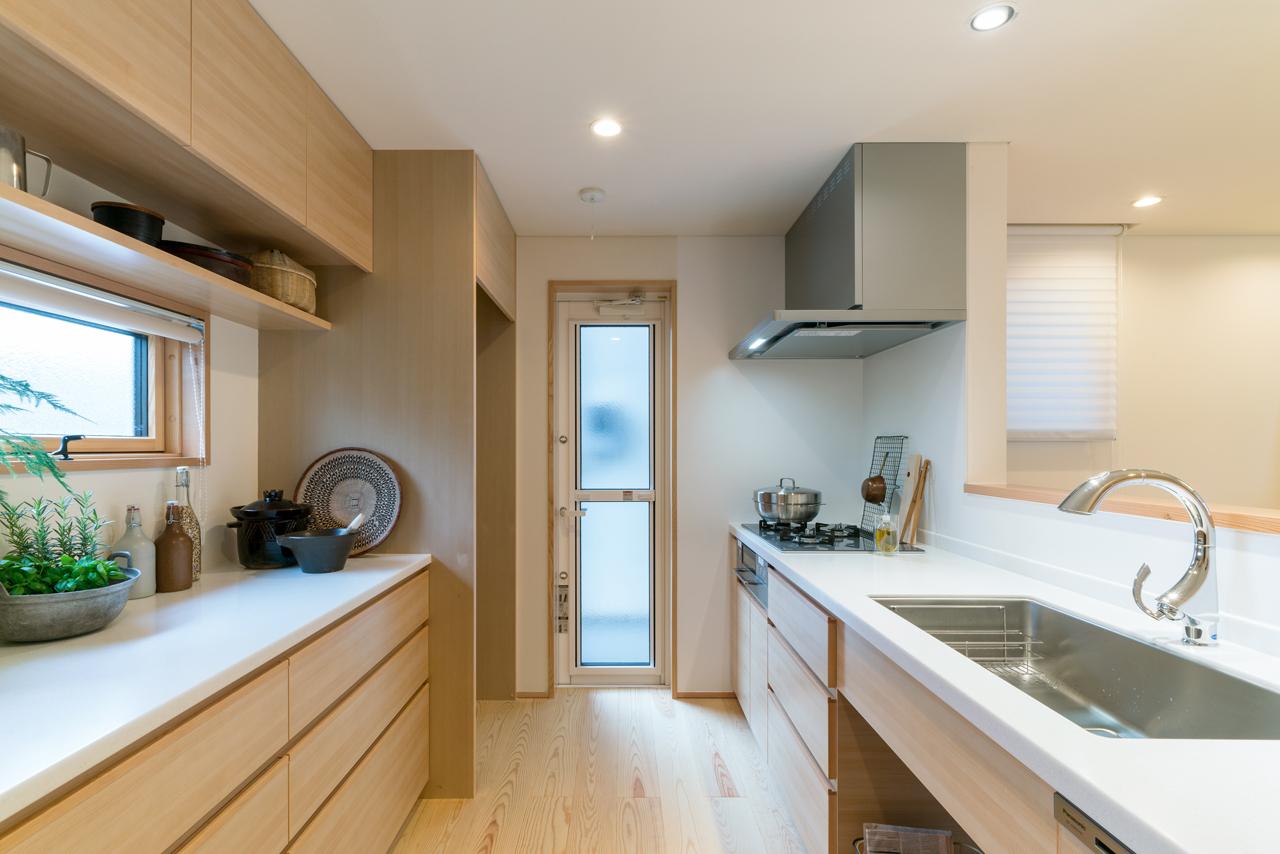 造作のキッチンと収納。