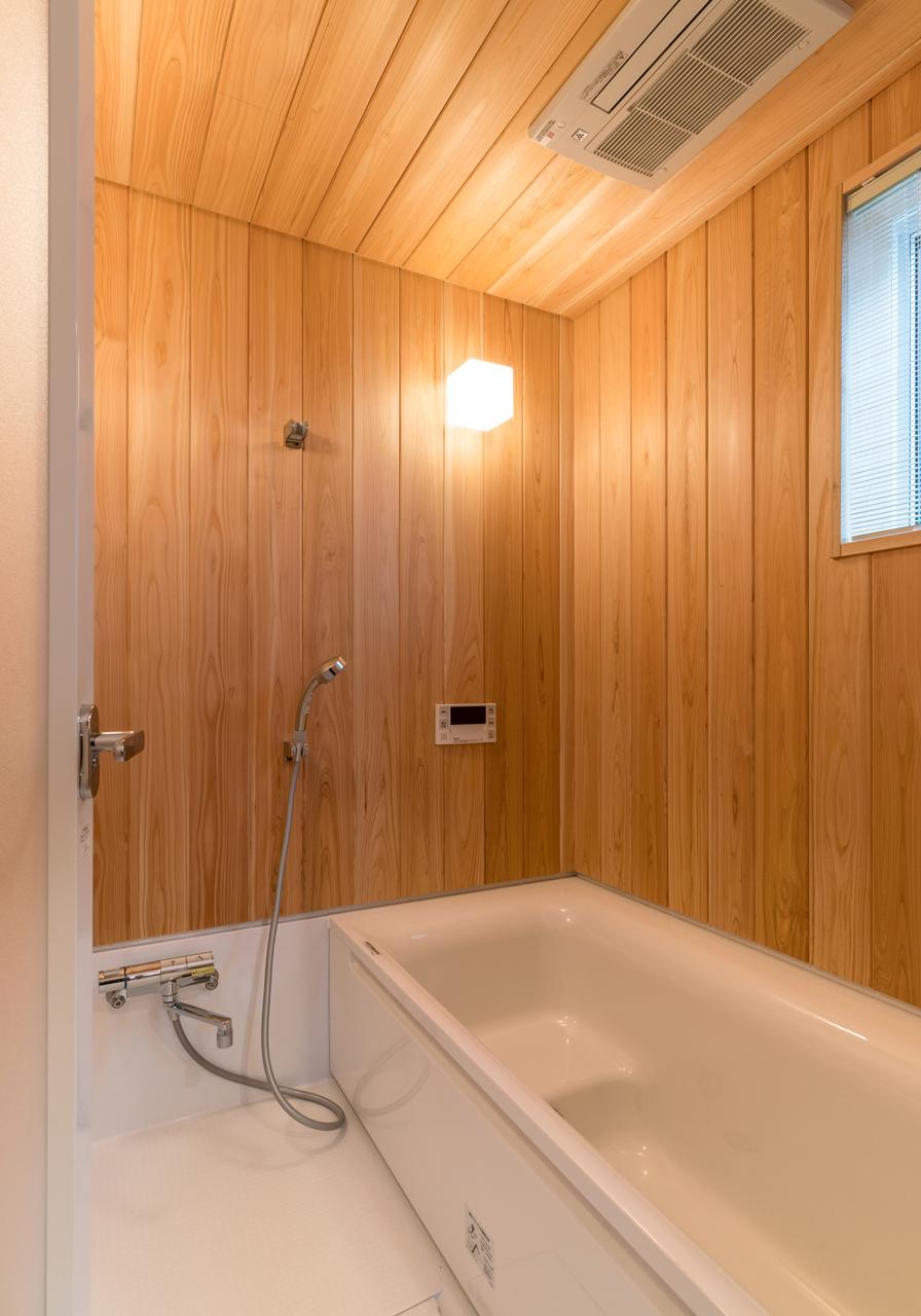 洗面脱衣室から続く浴室。
