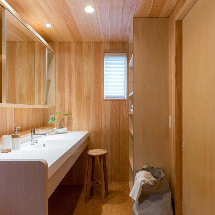 サワラ張りの洗面脱衣室。
