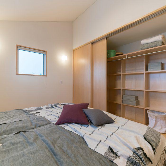 勾配天井の個室。クローゼットの中にも一工夫。