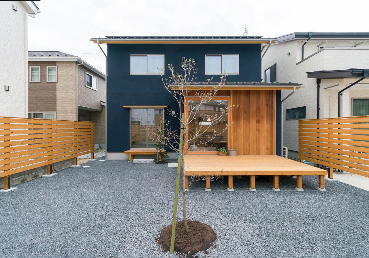庭。広々としたウッドデッキがあります。